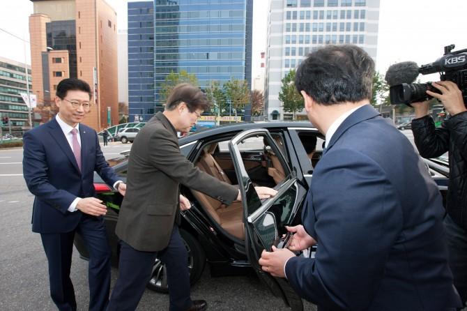 22일 최양희 미래창조과학부 장관이 현대자동차가 개발한 자율주행차를 특별시승하고 있다. - 미래창조과학부 제공